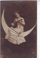 FANTAISIES . JOLIE JEUNE FEMME JOUANT DE LA MANDOLINE SUR UN CROISSANT DE LUNE.SURREALISME  Par ARJALEW.CARTE PRECURSEUR - Illustrateurs & Photographes