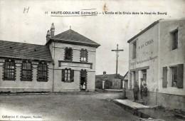 D44 - HAUTE GOULAINE  - L'Ecole Et La Croix Dans Le Haut Du Bourg - Haute-Goulaine
