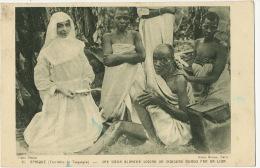 Tanganyaka Une Seour Blanche Soigne Un Indigene Mordu Par Un Lion Lion Attack - Tanzanie