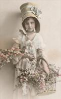 ENFANTS - LITTLE GIRL - MAEDCHEN - DANSE - Jolie Carte Fantaisie Portrait Fillette Avec Joli Chapeau Et Fleurs - Portraits