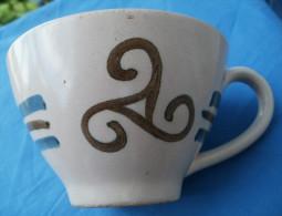 Ancienne Tasse Petit Dejeuner Porcelaine GOURIN Modèle Triskell - Ceramics & Pottery