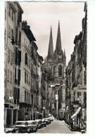 CPSM - 64 - BAYONNE - La Rue Du Port-Neuf Et La Cathédrale - Automobiles, Austin Healey, Peugeot 403, Renault 4cv - Bayonne