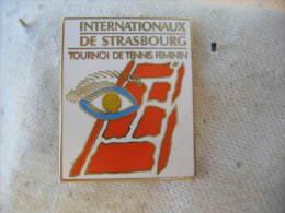 Belle Broche Des Internationnaux De STRASBOURG, Tournoi De Tennis Féminin. Broche Arthus Bertrand - Tenis