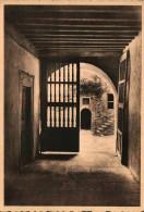 Clervaux  Le Chateau Féodal  Vestibule D´entrée De La Tour Carrée Avec Porte Renaissance Et Vue Sur La Cour Intérieure E - Clervaux