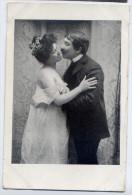 Couple D'amoureux--Tentative De Baiser--carte Précurseur éd ??????-- - Couples