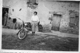Photo 9 X 6 Cms. Femme Avec Des Motos. - Automobile