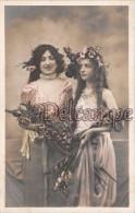 Lot 2 Cpa  Femme Et Jeune Fille, Robes Drapées, Bouquet De Glaieuls, Woman And Girl, Draped Dresses, Bouquet Of Gladiola - Femmes