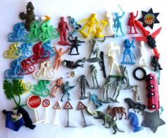 Lot Figurines soldats plongeurs cyclistes cosnonautes etc...+ Divers panneaux signalisation... plastique 1970
