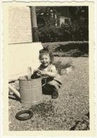 Ancienne Photo Amateur Fillette Petite Fille Enfant Joue Arrosoir Métallique Anneau Jeu été Tirage Argentique N&B 1950 - Personnes Anonymes