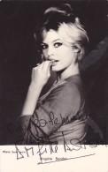 DEDICACE Originale Autographe Chanteuse Actrice Brigitte BARDOT Années 1960 @ Photo De Sam LEVIN - Autographes