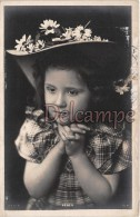 Jolie Fillette, Chapeau à Fleurs Et Mains Jointes - Attractive Girl, Flowery Hat And Joint Hands - 2 Scans - Portraits