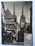 QUIMPER. La Rue Kéréou Et La Cathédrale  - Carte Photo + Timbre Cachet Premier Jour - Plobannalec-Lesconil