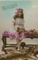 ENFANTS - LITTLE GIRL - MAEDCHEN - Jolie Carte Fantaisie Portrait Fillette Et Fleurs Sur Un Banc - Portraits