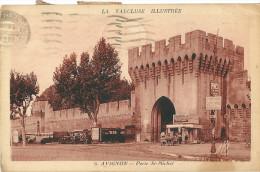 CPA 84 AVIGNON PORTE SAINT MICHEL AUTOBUS VENDEUR DE JOURNAUX - Avignon