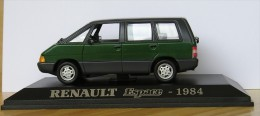 Renault Espace 1984, Universal Hobbies, verte toit noir, comme neuve, avec socle � vis et bo�te ( ray�e ), voir photos.