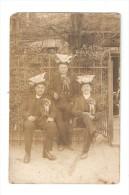 Carte Photo : 3 Conscrits Assis : Cocardes - Chapeau Avec Papier Plié - Lieu à Déterminer - Personnages