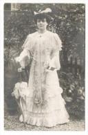 FEMME  1900  ( Robe De Mariée En Dentelle, Ombrelle Et Carnet De Bal ) /  Edit.  MAGE , Photographe , GRAND-MONTROUGE - Fotografía