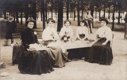 Carte-Photo - Femmes -  Pause Repas - Jardins des Tuileries Paris ? - Travail Mode Vin