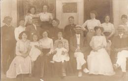 Carte-Photo -  Groupe Famille devant Villa Florence