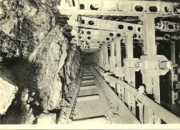 Charbonnage De Monceau-Fontaine Etage 1220 M: Taille Dans 10 Paumes - Vue Du Front De Taille Avec Transporteur - Mijnen