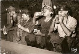 """La Mine En Activité --- Mineurs Faisant """" Briquet"""" --  CPM  --  à Voir !!  R201 - Mines"""