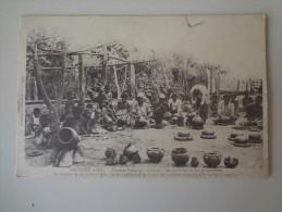 CPA ARCHIPEL FIDJI FEMMES INDIGÈNES FABRIQUANT DES MARMITES ET DES GARGOULETTES - Fidji