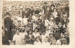 GRANVILLE  CARTE PHOTO  GROUPE D ENFANTS EN VACANCES  POSANT LE 30 AOUT 1921 - Granville