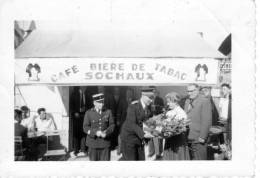 DOUBS - PHOTO - BIERRE DE SOCHAUX - CAFE TABAC - Remise D´une Gerbe De Fleurs Par Mr Le PREFET  - BELLE PHOTO !!!!!! - Non Classificati