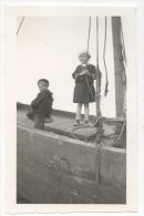 Photo/Foto. Enfants Et Bateau. Mer Du Nord. - Personnes Anonymes