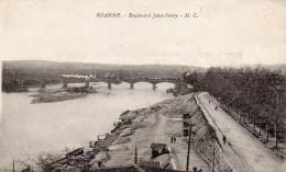 Cpa 1920, ROANNE, Loire, Boulevard Jules Ferry, Embarcadères, Locomotive Sur Le Pont,  (40.81) - Roanne