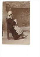 Carte Photo Femme Assise Cheminée Tricot Pelote Laine Aiguille à Tricoter Folklore Costume Coiffe Dentelle CARANTEC 1929 - Artisanat