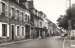 ST AMAND MONTROND      RUE HENRI BARBUSSE     CARTE ANIMEE   VOITURE CPSM PF - Saint-Amand-Montrond