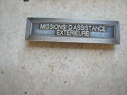 INSIGNE AGRAFE EN ACIER MISSIONS D'ASSISTANCES EXTERIEURES POUR MEDAILLES PENDANTES EXCELLENT ETAT