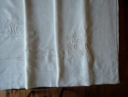 Drap Ancien  Lin, Monogrammé  MC  Médaillon Art Déco, Découverte Brodée Fleurie. Voir Photos - Bed Sheets