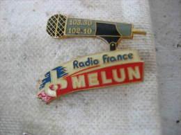 Pin´s Radio France MELUN Sur 102,1Mhz Et Sur 103,3Mhz - Mass Media