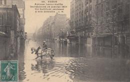 75 PARIS  AVENUE LEDRU ROLLIN  INONDATIONS DE JANVIER 1910  UN HABITANT RENTRANT A SON DOMICILE - Inondations De 1910