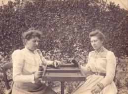Photo De Deux Femmes Jouant Au Backgammon - Anonyme Personen
