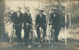 CYCLISME/ TRES BELLE CARTE PHOTO - 4 Hommes En Costumes élégant Ave Leurs Vélos Dans La Forêt! - Cyclisme