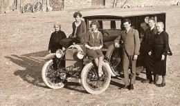 Photo Originale Automobile à Identifier Vieux Tacot  Cour De Ferme - Automobile