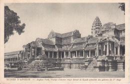 PC Ruines D'Angkor - Angkor-Vath . Vestige D'ancien Stupa Devant La Facade Orientale Des Galeries Du 1er étage (7164) - Cambodia