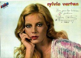 - POSTER SYLVIE VARTAN . DOUBLE PAGE DU MAGAZINE PODIUM 1976 . - Plakate & Poster