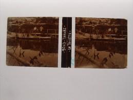 Photo Plaque De Verre Stéréoscopique Guerre 14-18 Tahure La Toilette Des Poilus Dans La Rivière - Diapositiva Su Vetro