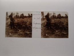 Photo Plaque De Verre Stéréoscopique Guerre 14-18 Comment On Porte Les Grenades Asphyxiantes - Diapositiva Su Vetro