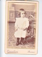 23898 Photographie Ancienne - Rennes 35 France -Photographe Graveleau Bou Liberté 21- Enfant Fauteuil Roulant ? Osier - Personnes Anonymes