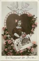 Themes - Enfants - Ref 495 - Fantaisie -  Portait Fillette Dans Medaillon Coeur - Fillettes - Coeurs  - Carte Bon Etat - - Portraits