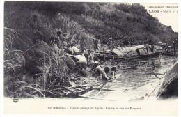 LAOS - Sur Le Mékong - Remise En état Des Pirogues Après Le Passage Du Rapide - Laos