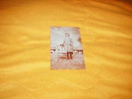 CARTE POSTALE PHOTO ANCIENNE NON CIRCULEE DATE ?. / ENFANT AVEC CHIEN / ANOTATION AU DOS DE LA CARTE. - Fantaisies
