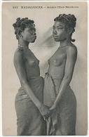 364 Madagascar Jeunes Filles Masikoro Seins Nus Se Tenant Les Mains  Messagerie Martitimes - Madagascar