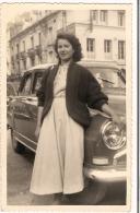 Carte Photo Femme  Devant Voiture Ancienne ( Simca ) 1954 - Automobiles