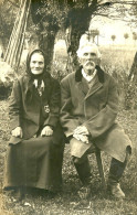 A Identifier. Cpa Photo D'un Couple Agée Et Tres Digne Probablement Serbe Ou Polonais, Voir Scan Du Dos Pour Traduction - A Identifier